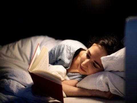 5 Manfaat Baca Buku Sebelum Tidur