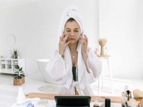 5 Manfaat Memakai Skincare bagi Kesehatan Mental