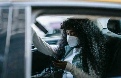 5 Pertimbangan untuk Mengenakan Masker atau Tidak Saat di dalam Mobil